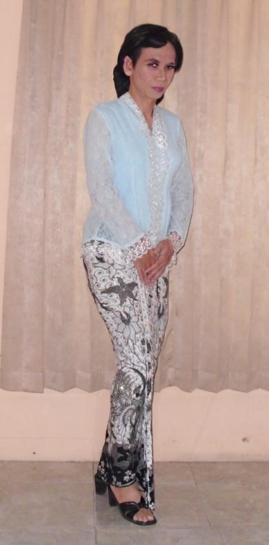 kebaya biru kain prada hitam putih 1