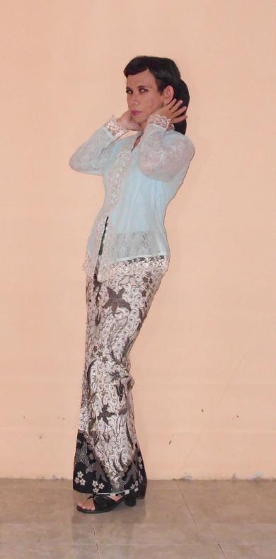 kebaya biru kain prada hitam putih 5